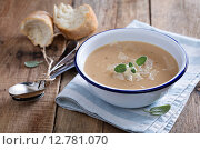 Жареный чеснок и бобовый суп с шалфеем и сыром пармезан. Стоковое фото, фотограф Елена Веселова / Фотобанк Лори