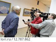 Известный художник Владимир Бехтин на открытие художественной выставки в Балашихинской картинной галерее (2015 год). Редакционное фото, фотограф Дмитрий Неумоин / Фотобанк Лори