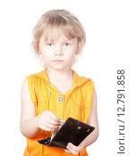 Купить «Маленькая девочка с кошельком на белом фоне», фото № 12791858, снято 5 апреля 2015 г. (c) Андрей Брусов / Фотобанк Лори