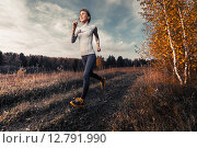 Купить «Девушка бежит вдоль поля», фото № 12791990, снято 23 сентября 2015 г. (c) Михаил Дударев / Фотобанк Лори