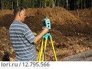 Инженер-геодезист с тахеометром на стройплощадке. Редакционное фото, фотограф Валерий Акулич / Фотобанк Лори