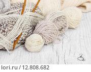 Купить «Мотки шерсти и спицы для вязания», фото № 12808682, снято 27 сентября 2015 г. (c) Наталия Пыжова / Фотобанк Лори