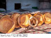 Купить «Продажа тандырных лепешек на местном рынке», фото № 12816282, снято 20 марта 2019 г. (c) FotograFF / Фотобанк Лори