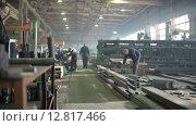 Купить «Мужчины работают на заводе», видеоролик № 12817466, снято 6 октября 2015 г. (c) Алексей Жарков / Фотобанк Лори