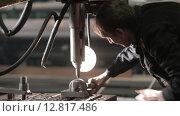 Рабочий у сверлильного станка (2015 год). Редакционное видео, видеограф Алексей Жарков / Фотобанк Лори