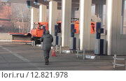 Грузовик на газовой станции. Стоковое видео, видеограф Алексей Жарков / Фотобанк Лори