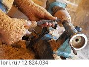 Купить «Руки мастера, обрабатывающего деревянный сосуд на токарном станке, столяр за работой», фото № 12824034, снято 16 сентября 2015 г. (c) Виктория Катьянова / Фотобанк Лори