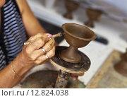 Купить «Руки женщины обрабатывающей глиняный сосуд на гончарном круге», фото № 12824038, снято 21 сентября 2015 г. (c) Виктория Катьянова / Фотобанк Лори