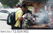 Купить «Приготовление и продажа еды на тротуаре. Таиланд», видеоролик № 12824902, снято 7 октября 2015 г. (c) Александр Романов / Фотобанк Лори