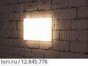 Световой короб горизонтально на кирпичной стене. Стоковое фото, фотограф Алексей Горбунов / Фотобанк Лори