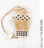 Купить «Деревянные украшения. Варежка», фото № 12850606, снято 10 октября 2015 г. (c) Наталия Пыжова / Фотобанк Лори