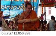 Купить «Монах окропляет людей святой водой в буддийском храме», видеоролик № 12850898, снято 10 октября 2015 г. (c) Александр Романов / Фотобанк Лори