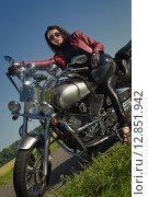 Девушка байкер в кожаной куртке на мотоцикле. Стоковое фото, фотограф Дмитрий Черевко / Фотобанк Лори