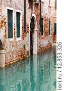Дома отражаются в спокойных водах узкого венецианского канала. Италия (2013 год). Стоковое фото, фотограф Евгений Ткачёв / Фотобанк Лори