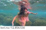 Купить «Молодая красивая девушка позирует под водой в ярком платье над коралловом рифом, Мальдивские острова», видеоролик № 12854530, снято 11 октября 2015 г. (c) Некрасов Андрей / Фотобанк Лори