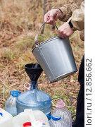 Набор воды на источнике. Стоковое фото, фотограф Olga Far / Фотобанк Лори