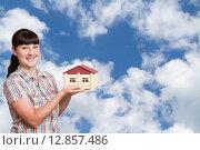 Молодая женщина держащит модель дома на фоне неба. Стоковое фото, фотограф Вячеслав Волков / Фотобанк Лори