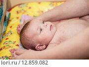 Купить «Младенец делает зарядку», фото № 12859082, снято 3 января 2013 г. (c) Алексей Щукин / Фотобанк Лори