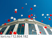 Купить «Воздушные шарики летящее в небо на фоне центрального ЗАГСа в Туле», эксклюзивное фото № 12864182, снято 1 августа 2015 г. (c) Игорь Низов / Фотобанк Лори