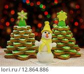 Новогодние сладости. Печенье в виде елок и снеговик. Стоковое фото, фотограф A_ksenya / Фотобанк Лори