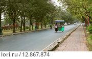 Купить «Торговка напитками везет товар на мотоцикле с коляской. Таиланд», видеоролик № 12867874, снято 12 октября 2015 г. (c) Александр Романов / Фотобанк Лори