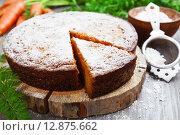 Купить «Морковный пирог, посыпанный сахарной пудрой на подставке и свежая морковь на деревянном столе», фото № 12875662, снято 14 октября 2015 г. (c) Надежда Мишкова / Фотобанк Лори