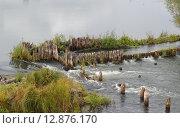 Остатки деревянной плотины электростанции на реке Нерль. Стоковое фото, фотограф Косоуров Юрий / Фотобанк Лори