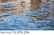 Купить «Разноцветная рябь на воде», видеоролик № 12876254, снято 14 сентября 2015 г. (c) Наталья Волкова / Фотобанк Лори
