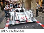 """Купить «Выставка Audi MotorSport. Победитель гонки """"24 часа Ле-Мана"""" гоночный автомобиль Audi R18 e-tron quattro. ГУМ, Москва», эксклюзивное фото № 12882298, снято 20 июля 2013 г. (c) lana1501 / Фотобанк Лори"""