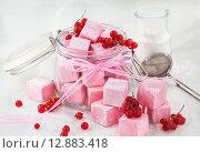 Купить «Самодельный домашний зефир из красной смородины в стеклянной банке на белом фоне», фото № 12883418, снято 11 сентября 2015 г. (c) Ekaterina Smirnova / Фотобанк Лори