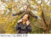 Купить «Young dad lifting his little son in park», фото № 12884110, снято 14 июля 2015 г. (c) Wavebreak Media / Фотобанк Лори