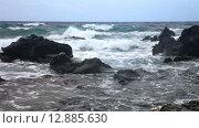 Купить «Волны разбиваются о скалы на побережье Средиземного моря», видеоролик № 12885630, снято 9 октября 2015 г. (c) Виктория Катьянова / Фотобанк Лори