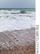 Купить «Берег моря в непогоду. Волны накатываются на галечный пляж», фото № 12885902, снято 22 сентября 2015 г. (c) Виктория Катьянова / Фотобанк Лори