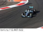 Льюис Хэмилтон на трассе Формулы 1 в Сочи (2014 год). Редакционное фото, фотограф Свистунов Павел / Фотобанк Лори