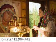 Русская женщина молится в церкви. Стоковое фото, фотограф Дмитрий Черевко / Фотобанк Лори