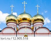 Купить «Золотые купола православного храма на фоне голубого неба», фото № 12905518, снято 14 ноября 2019 г. (c) FotograFF / Фотобанк Лори