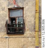 Окно жилого помещения на обшарпанной стене старого дома (2010 год). Стоковое фото, фотограф Алексей Горбунов / Фотобанк Лори
