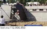 Купить «Молодые паркурщики выполняют трюки в летнем парке. Замедленное движение.», видеоролик № 12906450, снято 17 октября 2015 г. (c) Александр Багно / Фотобанк Лори