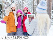 Купить «smiling friends with tablet pc in winter forest», фото № 12907626, снято 29 декабря 2014 г. (c) Syda Productions / Фотобанк Лори
