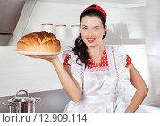 Молодая хозяйка держит свежий хлеб. Стоковое фото, фотограф Алексей Кузнецов / Фотобанк Лори