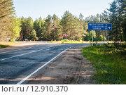 Купить «Развилка дорог с указателем на города Осташков и Торжок», эксклюзивное фото № 12910370, снято 28 июня 2015 г. (c) Игорь Низов / Фотобанк Лори