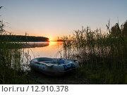 Купить «Рыбацкая лодка лежит на берегу озера Селигер», эксклюзивное фото № 12910378, снято 29 июня 2015 г. (c) Игорь Низов / Фотобанк Лори