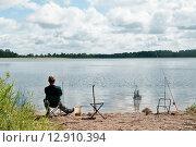 Купить «Мужчина ловит рыбу на берегу озера Селигер», эксклюзивное фото № 12910394, снято 7 июля 2015 г. (c) Игорь Низов / Фотобанк Лори