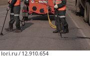 Мужчины ремонтируют асфальт (2015 год). Редакционное видео, видеограф Алексей Жарков / Фотобанк Лори