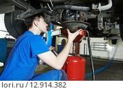 Купить «auto mechanic disassembling axle», фото № 12914382, снято 5 ноября 2014 г. (c) Дмитрий Калиновский / Фотобанк Лори