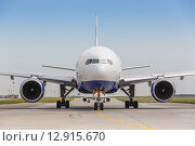 Купить «Белый реактивный самолет на взлетно-посадочной полосе», фото № 12915670, снято 3 сентября 2019 г. (c) Mikhail Starodubov / Фотобанк Лори