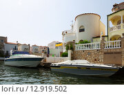 Купить «Homes and waterways at residential marina. Empuriabrava», фото № 12919502, снято 14 мая 2015 г. (c) Яков Филимонов / Фотобанк Лори