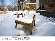 Купить «Одинокое старое кресло, покрытое снегом в разрушенном доме», фото № 12920026, снято 15 октября 2015 г. (c) Алексей Маринченко / Фотобанк Лори