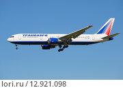 Самолет компании Transaero Airlines Boeing 777-300 (EI-UNA} в воздухе на фоне голубого неба (2015 год). Редакционное фото, фотограф Виктор Карасев / Фотобанк Лори