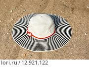 Женская шляпка на песке. Стоковое фото, фотограф Елена Уткина / Фотобанк Лори